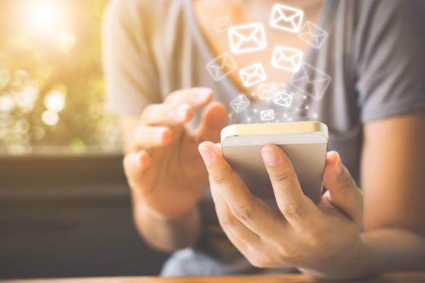 メールを受信するスマホ|アインの集客マーケティングブログ