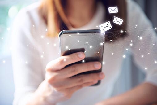 メールを受け取る女性|アインの集客マーケティングブログ