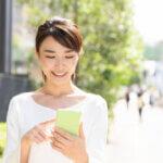 明るい女性とスマホ|アインの集客マーケティングブログ