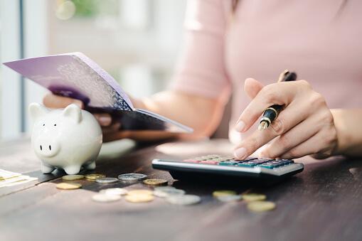 収入計算をしている女性|アインの集客マーケティングブログ