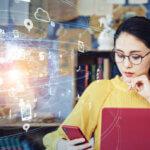 パソコンとスマホを操作する女性|アインの集客マーケティングブログ