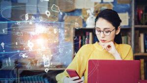 パソコンとスマホを操作する女性 アインの集客マーケティングブログ