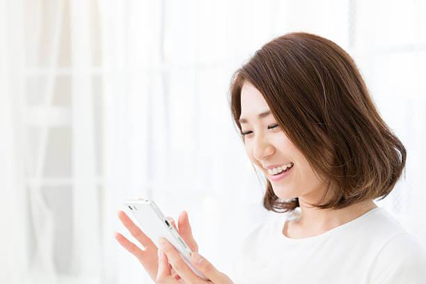 嬉しそうさ女性とスマホ|アインの集客マーケティングブログ