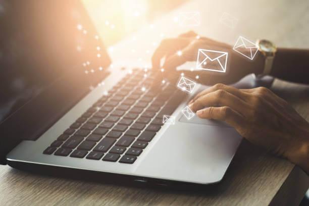メールとノートパソコン|アインの集客マーケティングブログ